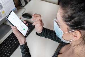 Mit Coronavirus Online werben macht Sinn. Jeder ist Zuhause und benutzt ihre eigenen Mobilgeräte.